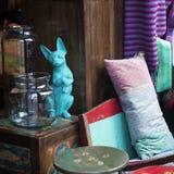 Escaparate de la tienda del vintage con las mercancías pasadas de moda exhibidas adentro Fotografía de archivo libre de regalías