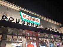 Escaparate de los buñuelos de Krispy Kreme en la noche fotografía de archivo libre de regalías