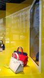 Escaparate de París de los bolsos Imágenes de archivo libres de regalías
