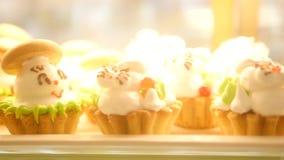 Escaparate de tortas, pasteles en la cantina de la exhibición de la ventana para la comida sabrosa del desierto HD almacen de metraje de vídeo