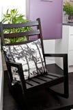 Escaparate del interior con la silla de madera Foto de archivo