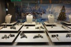 Escaparate en la tienda con joyería de la en-venta: pulseras, cadenas, colgantes, anillos foto de archivo