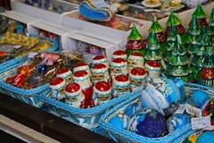 Escaparate en la venta de los productos del recuerdo del Año Nuevo de la Navidad Foto de archivo