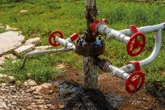 Escape de óleo bruto em um poço de petróleo fotografia de stock
