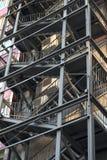 Escape de fogo do metal da construção alta foto de stock