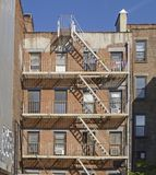 Escape de fogo do prédio de apartamentos do tijolo em New York fotos de stock royalty free
