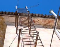 Escape de fogo velho que conduz ao telhado fotografia de stock royalty free