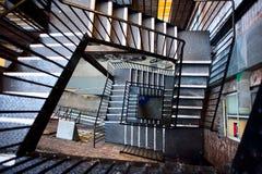 Escape de fuego detrás de un edificio de ladrillo alto Foto de archivo libre de regalías