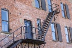 Escape de incêndio no edifício velho imagens de stock