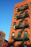 Escape de los ladrillos rojos y de fuego en Nueva York Imagenes de archivo
