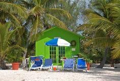 Escape de relajación de la playa en pequeña casa de planta baja verde Imagenes de archivo