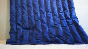 Escape de un colchón inflable azul del colchón para dormir y descansar almacen de metraje de vídeo
