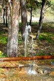 Escape del agua de una grieta en un tubo Fotos de archivo libres de regalías