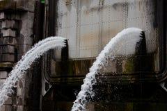 Escape del agua debido a la sobrepresión Fotos de archivo libres de regalías