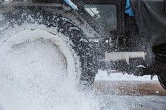 Escape del polvo de la nieve de la rueda del camión La rueda borrosa y baja Fotografía de archivo libre de regalías