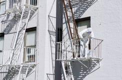 Escapes de fogo do metal da pintura do pintor da construção brancos Imagem de Stock Royalty Free