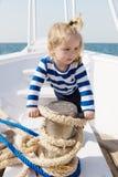 Escapistjong geitje in gestreept marien overhemd kleine zeeman op boot laat droom waar komen De vakantie van de zomer kinddroom o stock fotografie