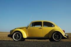 Escarabajo amarillo de Volkswagen Imágenes de archivo libres de regalías