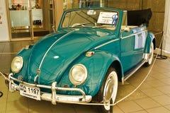 Escarabajo C, coches de Volkswagen de la vendimia en la visualización Foto de archivo