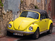 Escarabajo convertible de VW del amarillo Imagenes de archivo