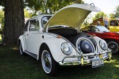 escarabajo de Volkswagen de 1976 blancos Fotos de archivo