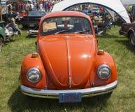 Escarabajo Front View de VW de 1971 naranjas Imagen de archivo