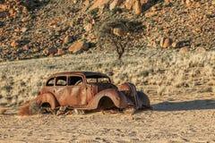 Escarabajo viejo usado para robar una mina del diamante y destruido por las balas Imagen de archivo