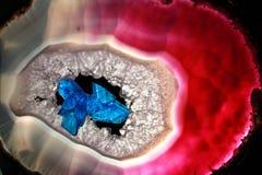 Escarlata/azul de los cristales Foto de archivo libre de regalías