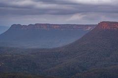 Escarpment w Australijskim krzaku przy zmierzchem Zdjęcia Stock