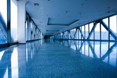 Escatator en pasillo azul fotografía de archivo libre de regalías