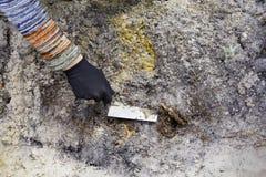 Escavação da arqueologia da limpeza no solo Fotografia de Stock