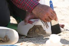 Escavação do dinossauro com escova Fotografia de Stock