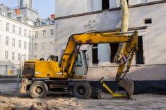 Escavador amarelo na construção imagens de stock royalty free