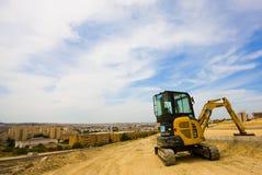 Escavador em repouso que negligencia a cidade Fotos de Stock Royalty Free