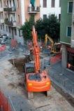 Escavador em uma rua da cidade Foto de Stock