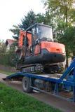Escavador no caminhão Imagens de Stock