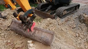 Escavador pequeno usado em canteiros de obras imagens de stock royalty free