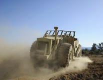 Escavador que faz a poeira Foto de Stock Royalty Free