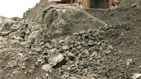 A escavadora é batida por Boulder enorme filme