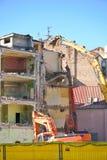 A escavadora destrói o edifício Imagens de Stock