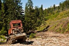 Escavadora destruída velha na floresta Fotos de Stock Royalty Free