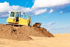 Escavadora durante trabalhos móveis da terra Imagens de Stock