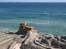Escavadora na praia imagem de stock