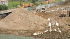 Escavadora que trabalha na grande pilha da areia no verão video estoque