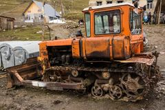 Escavadora velha no ushguli imagens de stock royalty free