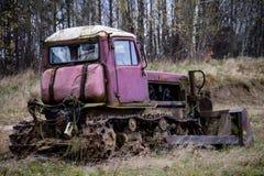 Escavadora velha que está apenas em um campo Terraplenagens, bulldoz velho imagem de stock royalty free
