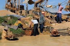 Escavadores de ouro em Indonésia em uma ilha Bornéu Imagens de Stock