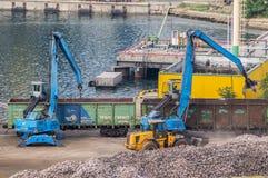 Escavadores industriais e transportes railway Imagens de Stock