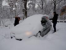 Escavando acima uma máquina da neve imagens de stock royalty free