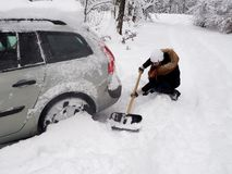Escavando acima uma máquina da neve fotos de stock